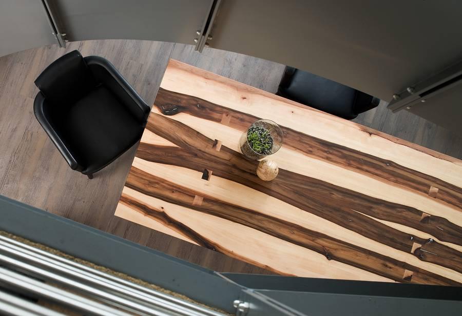 Eine Tischplatte Aus Bergahorn Setzt Auf Eindrucksvolle Kontraste Durch Die  Kombination Aus Hellem Und Dunklem Holz. Bild: Tdx/Scholtissek